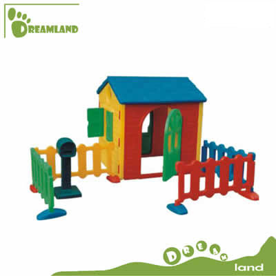 plastic country house with fence and mailbox DL-04902